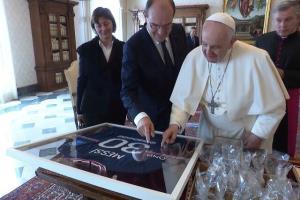 هدیه غیرمعمول نخست وزیر فرانسه به پاپ