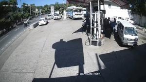 لحظه آتش گرفتن یک موتورسیکلت در پمپ بنزین