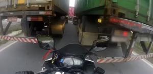 فرار از مرگ موتورسوار حین عبور از میان دو کامیون
