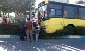فیلم لحظه برخورد اتوبوس به خودروهای پارک شده در نیشابور