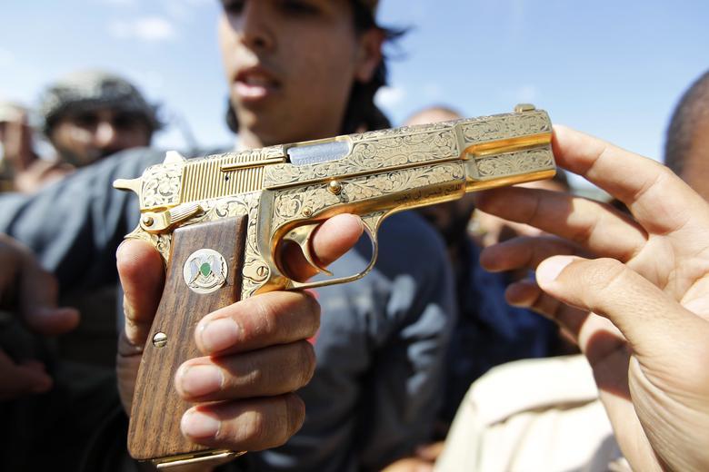 عکس/ اسلحه «معمر قذافی» از جنس طلا