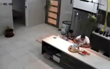 نجات کودک از خفگی توسط پدرش