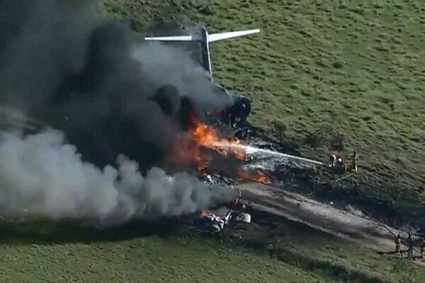 هواپیمای آمریکایی با ۲۱ سرنشین حین برخاستن تکه تکه شد