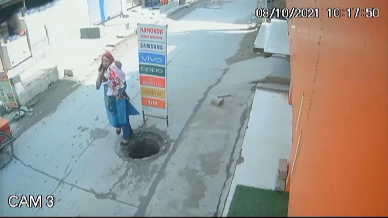 سقوط دردناک مادر و فرزند هندی به داخل چاه