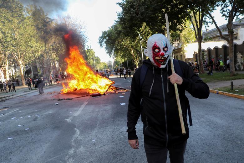ماسک ترسناک یک معترض در تظاهرات ضددولتی شیلی