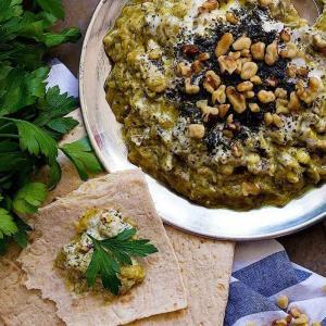 طبخ «کشک بادمجان کبابی» فوق العاده خوشمزه با سبزی های معطر