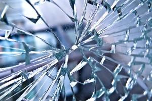 شکستن شیشه ها توسط راننده لیفتراک