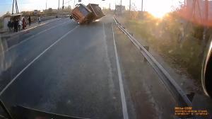 لحظه هولناک واژگونی کامیون و زنده ماندن راننده!