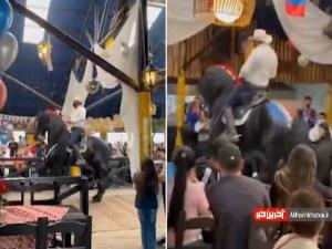 سقوط اسب سوار روی مشتری در رستوران!
