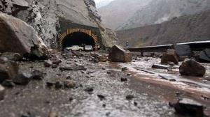 ریزش سنگ آزادراه تهران شمال را مسدود کرد