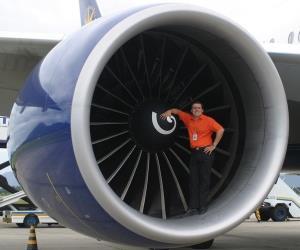 اگر جلوی موتور هواپیما بیاستید، بلعیده میشوید!