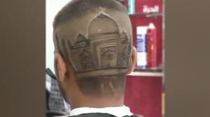 هنرنمایی یک آرایشگر حرفهای روی سر مشتریانش