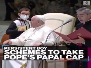 گیر دادن یک پسر برای برداشتن کلاه پاپ!
