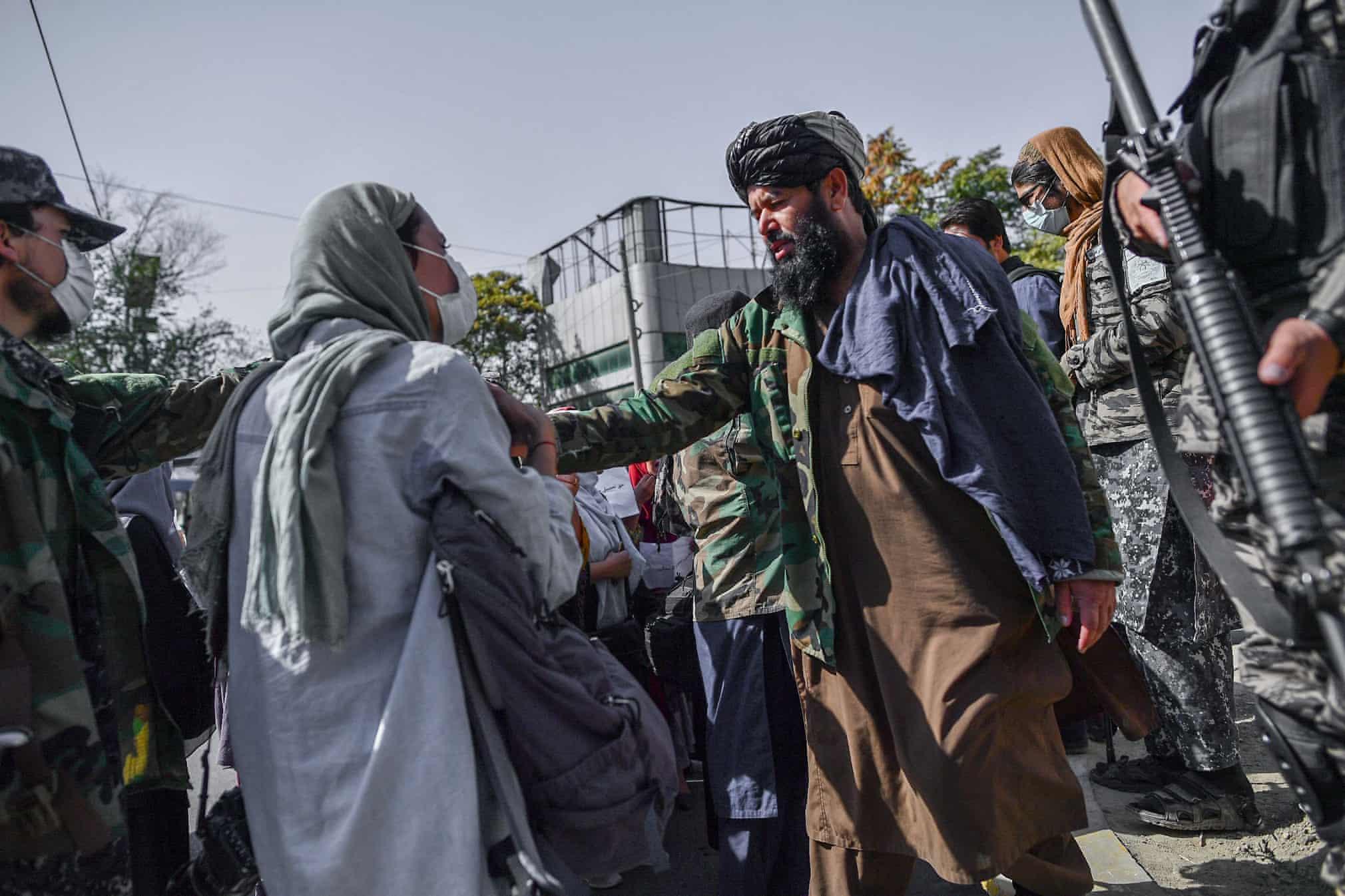 تصویری از درگیر شدن طالبان با یک خبرنگار