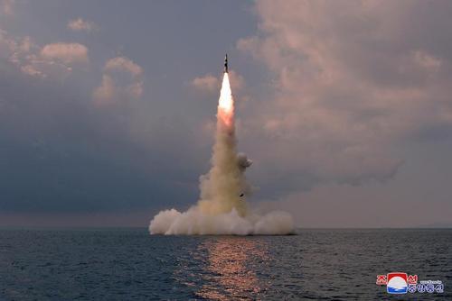 لحظه شلیک موشک بالستیک از زیردریایی کره شمالی