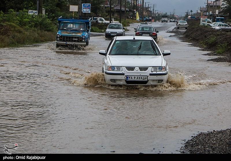 عکس/ آبگرفتگی در شهرستان «املش» گیلان و عبور دشوار خودروها