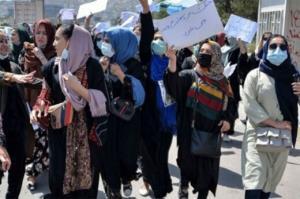 پاره کردن تابلوهای چندین آموزشگاه بهخاطر داشتن تصویر زن توسط طالبان