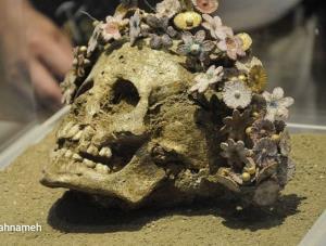دختری که 400 سال قبل از میلاد، با تاجی از گلهای سرامیکی به