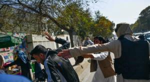 طالبان به زنان اجازه تظاهرات داد اما به خبرنگاران حمله کرد!