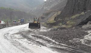 بازگشایی جاده هراز در محدوده چلاو پس از ریزش سنگ
