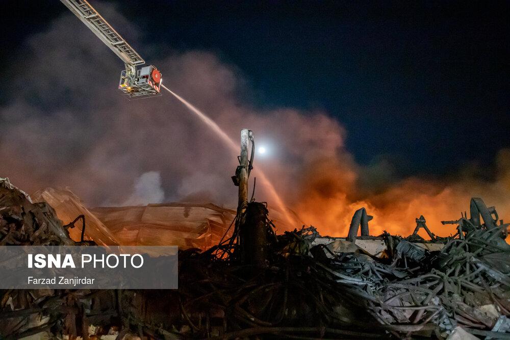 عکس/ تلاش برای مهار آتش سوزی کارخانه طبیعت