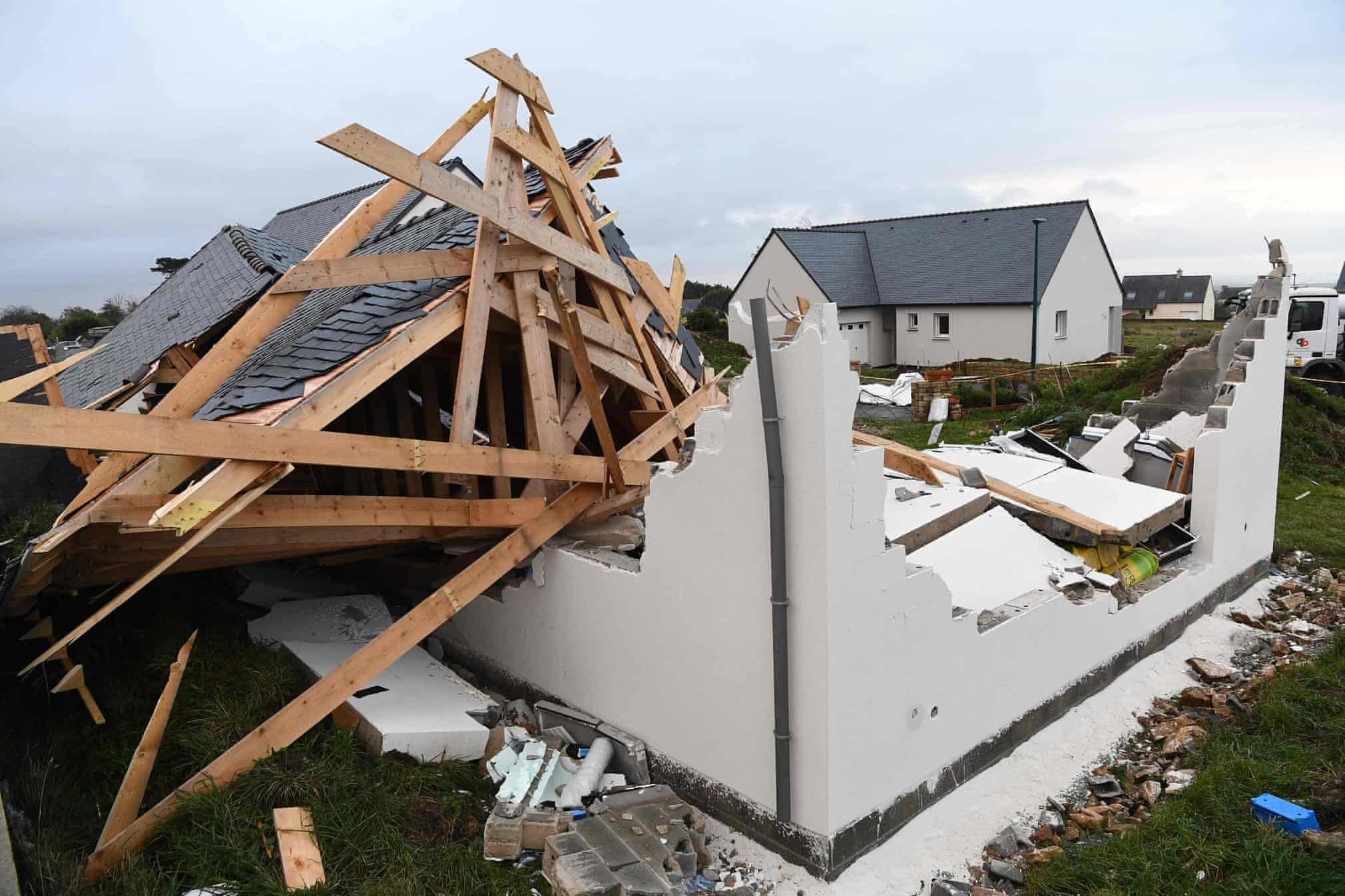 خانه ویران شده توسط طوفان آرور در غرب فرانسه