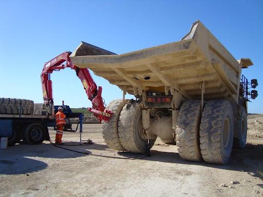 فرایند جالب تعویض چرخ کامیون معدن