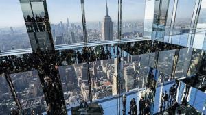 تماشای زمین از کف شیشهای یک برج