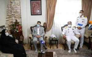 دریادار ایرانی و رئیس بنیاد شهید با خانوادههای شهدای اهل تسنن دیدار کردند