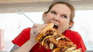 زنی که در غذا خوردن حریف میطلبد!