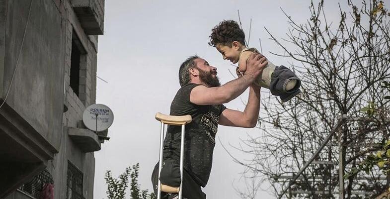 تصویر تکاندهنده شادی پدر و پسر معلول سوری