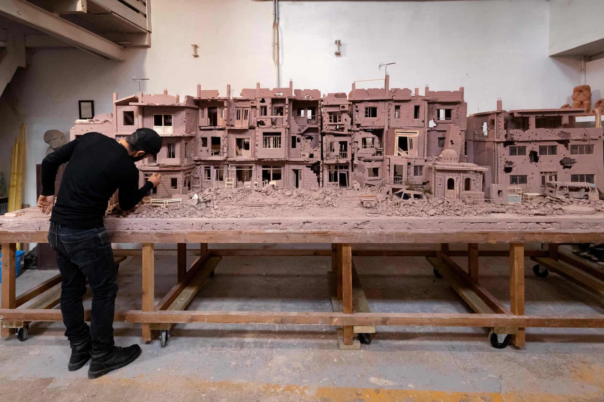 ساخت ماکت گِلی از خیابانی ویران در سوریه