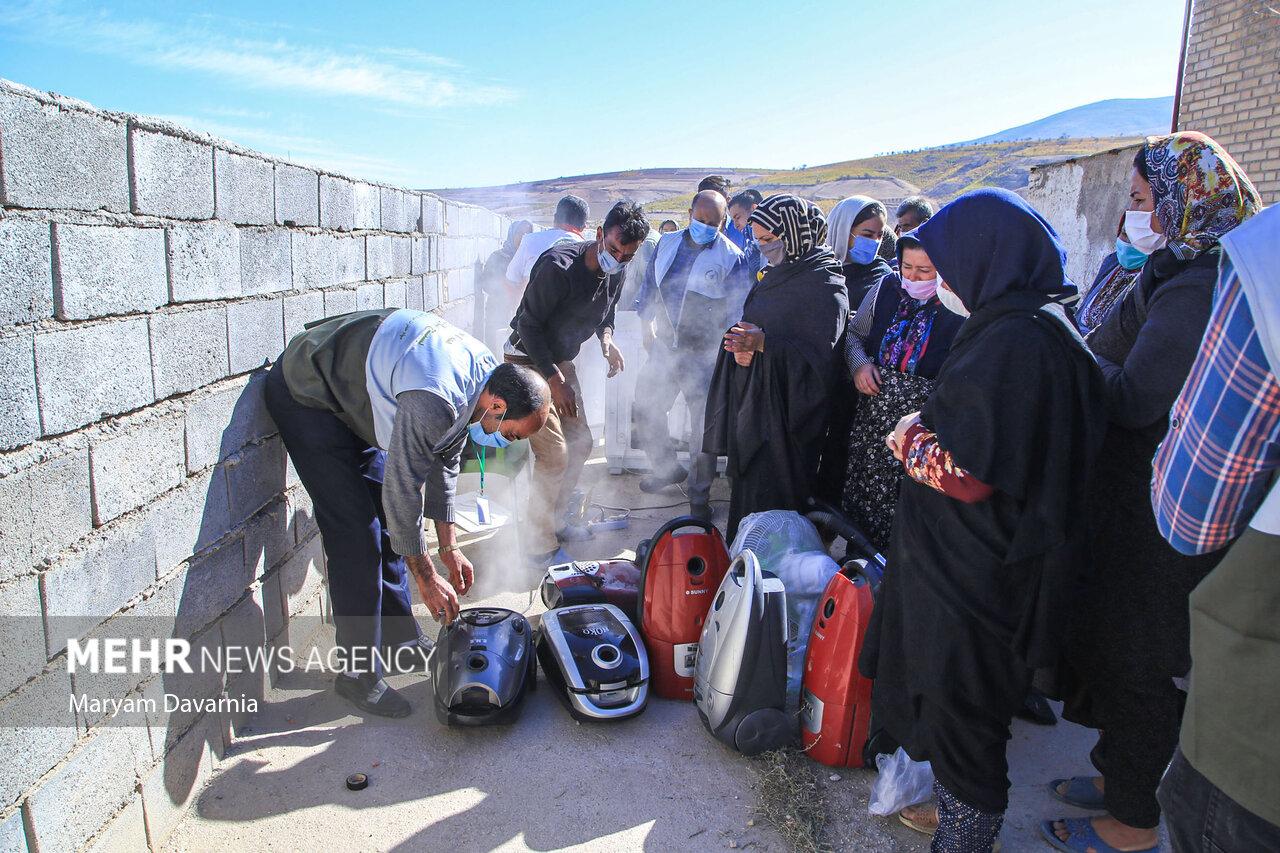 عکس/ تعمیر لوازم منزل در یک اردوی جهادی توسط اصناف