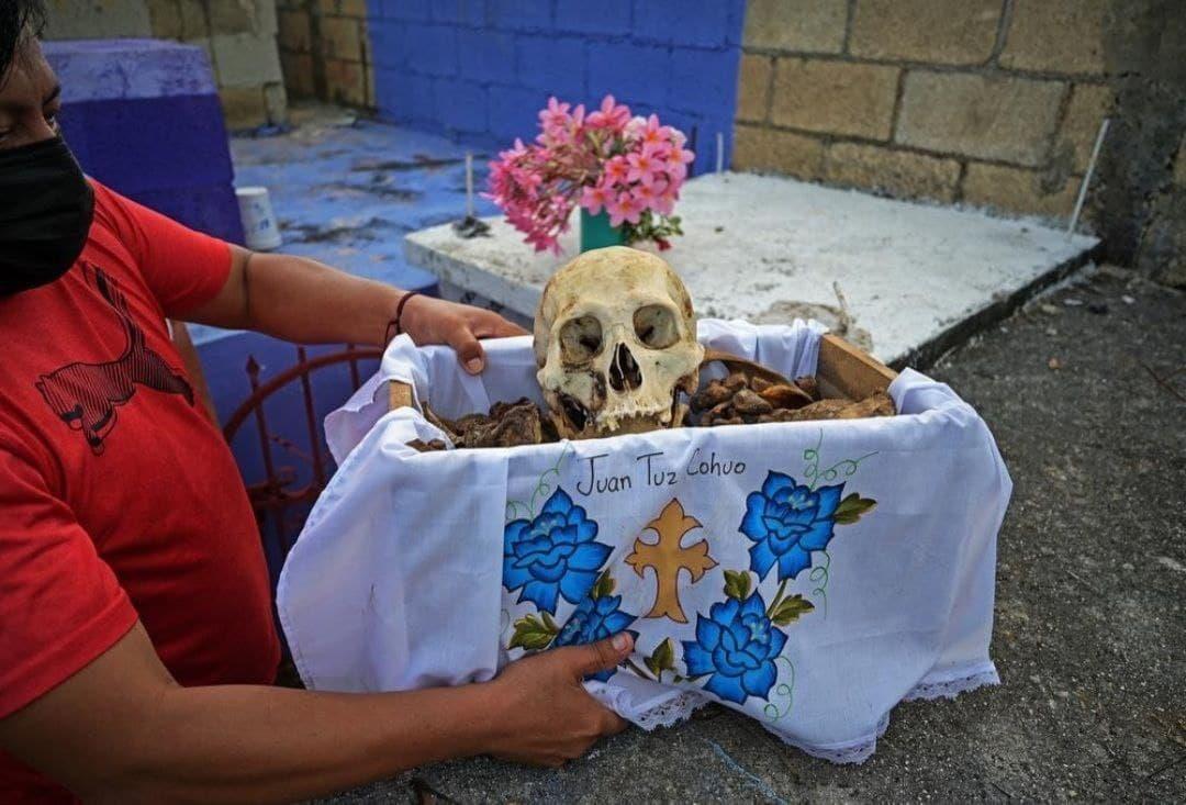 عکس/ مراسم تمیز کردن استخوان های مردگان در مکزیک