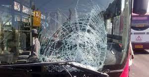 تصادف هولناک اتوبوس برای فرار از برخورد با عابران پیاده!