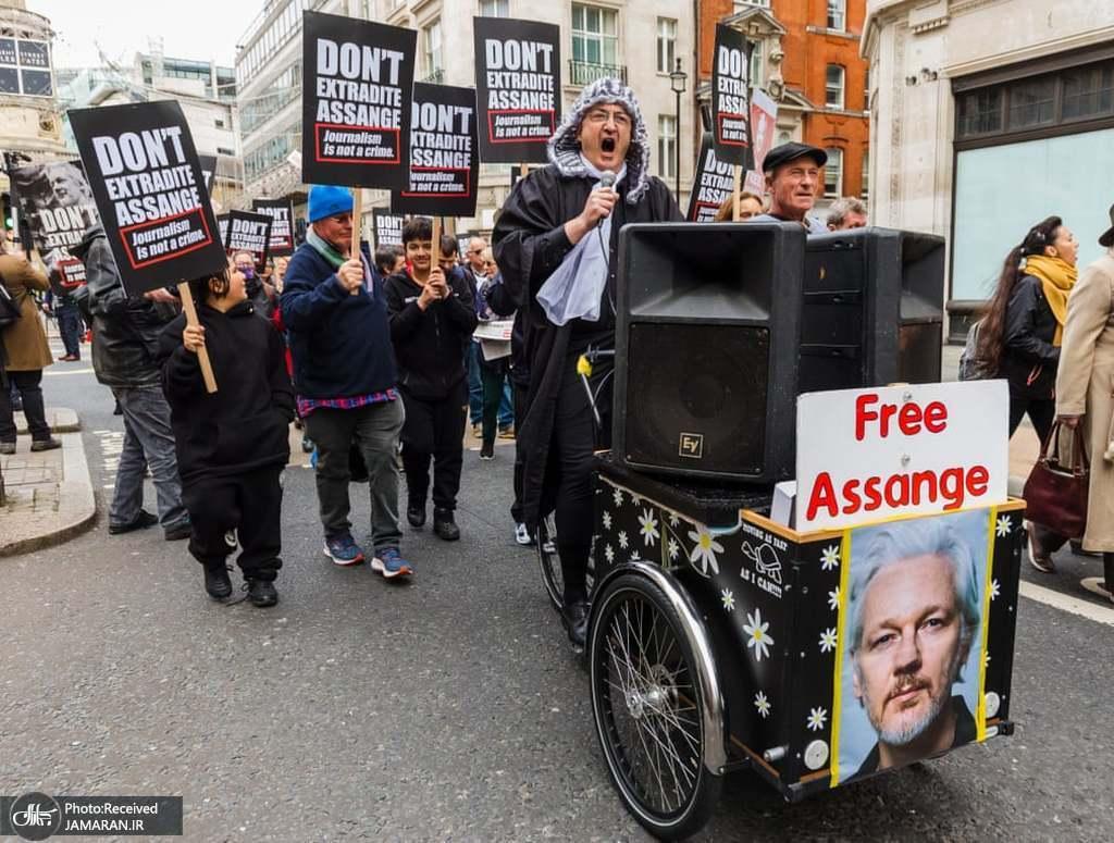 عکس/ اعتراض لندنی ها به زندانی شدن جولیان آسانژ بنیانگذار ویکی لیکس