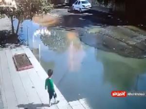 لحظه نجات کودک پارسآبادی از غرق شدن توسط راننده پراید