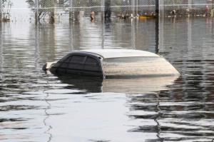 گوناگون/ چگونه از خودروی در حال غرق شدن خارج شویم؟