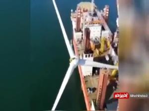 سقوط هولناک توربین بادی از روی جرثقیل به داخل دریا