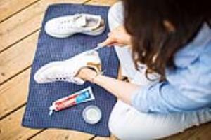تمیز کردن کفش های کثیف با خمیر دندان