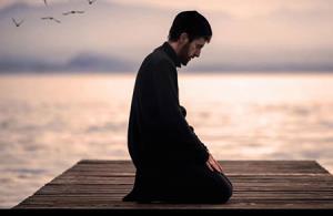 احکام/ آیا جایز است در نماز، قسمتی از یک دعا یا زیارتنامه خوانده شود؟