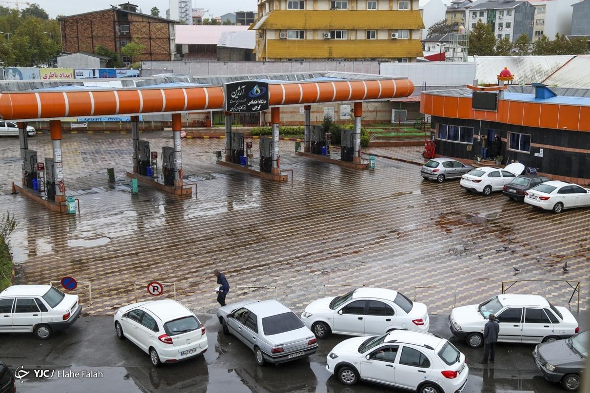 عکس/ توقف توزیع بنزین در جایگاههای سوخت و صف طویل خودروها