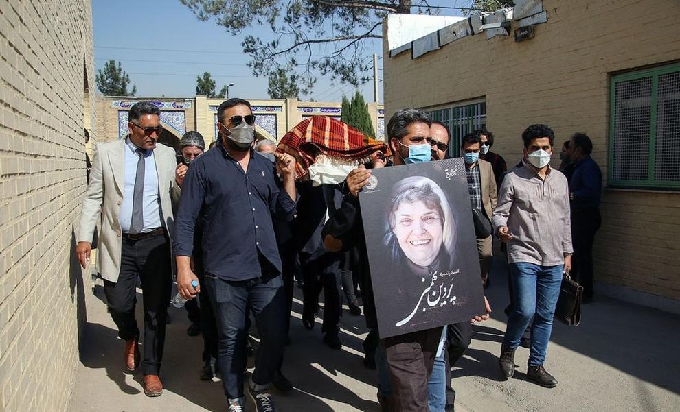 عکس/ تشییع پیکر زنده یاد پروین بهمنی، مادر لالایی ایران به سمت خانه ابدی