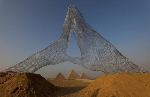 نصب اثر هنری «باهم» در نزدیکی اهرام ثلاثه مصر