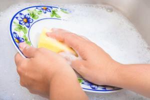 ۶ فایده باورنکردنی شستن ظروف با دست