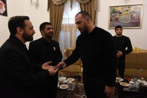 امیرحسین زارع مدال طلای جهانی خود را به موزه آستان قدس رضوی اهدا کرد