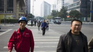 دعوای خندهدار دو مرد چینی در خیابان