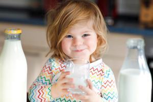 شیر کمچرب یا پرچرب؛ کدام برای کودکان مناسب است؟
