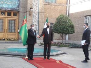 ابتکار جدید وزارت خارجه؛ امیرعبداللهیان روی فرش قرمز از همتای ترکمنستانی استقبال کرد