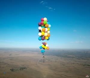 کارتون «UP» به واقعیت تبدیل شد؛ پرواز با بادکنک هلیومی بر فراز آفریقا